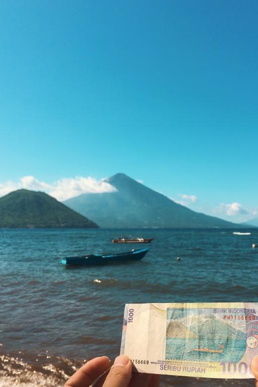 Pantai Fitu uang 1000 Ternate